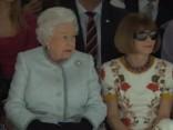 Karaliene pirmo reizi apmeklē Londonas modes nedēļas skati. «Vogue» dzelzs lēdija klaji nervozē