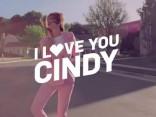 Supermodele un 80 gadu podiuma ikona Sindija Krauforde atgriežas ar jancīgu deju