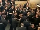 Kārtējā dūru vicināšana Turcijas parlamentā