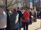 Pie Krievijas vēstniecības Rīgā pulcējas vairāki simti vēlētāju