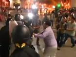 Peru protestētājiem un policijai asas saķeršanās