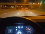 Tesla vadītājs gandrīz avarē, cenšoties atveidot fatālo negadījumu