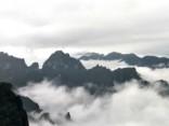 Mākoņu plīvurs virs kalniem Ķīnā