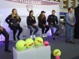 Rīgas centrā fani satiek Latvijas sieviešu tenisa izlasi