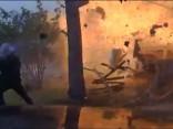 ASV policisti dodas izmeklēt autoavāriju, bet iekuļas mājas eksplozijā