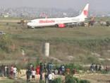 Nepālā no skrejceļa noskrējusi lidmašīna