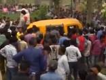 Skolēnu autobusa un vilciena sadursmē Indijā gājuši bojā vismaz 13 bērni