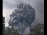 Vulkāns Havaju salās gaisā izmet lielus akmeņus