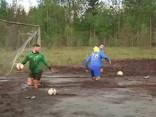 Krievijā futbola entuziasti aizvada maču purvā