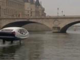 Caur Parīzi plūstošajā Sēnā izbrauc jauna tipa taksometrs