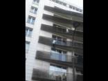 Parīzē izglābj pāri ceturtā stāva balkona malām pārkārušos bērnu