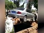 Ķīnietis kapā paņem līdzi savu auto