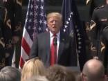 Donalds Tramps «aizmirst» patriotiskas dziesmas vārdus