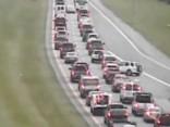 Autovadītājs ar salūzušu auto sastrēgumu apbrauc atpakaļgaitā