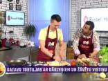 Nikolajs Puzikovs gatavo tortiljas ar dārzeņiem un žāvētu vistu