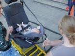Aktrise Anta Aizupe par bērnu vešanu mašīnā