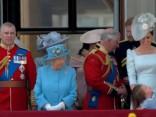 Karalienes dzimšanas dienas parāde. Karaliskā ģimene sveicina tautu no balkona