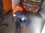 Затяжное ожидание на переезде в Риге: шлагбаумы опущены, сотрудник LDz спит