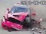 18 gadus vecs autovadītājs bez tiesībām izraisa iespaidīgu avāriju ar Corvette