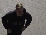 Par kāpņu apķēpāšanu ar uzrakstiem policija meklē video redzamo vīrieti