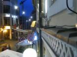Vācu tūrists Vecrīgā rāpjas pa ēkas sienu