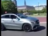 Mēģinājums padriftēt ar Mercedes GLE 63 AMG beidzas ar auto apgāšanu uz jumta