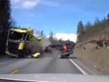 Volvo XC 70 sadursme ar kravas automašīnu