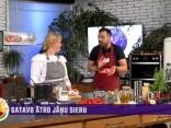 Ilze Kupča gatavo zemeņu siera kūku