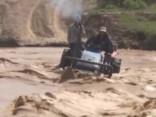 Ķīnā plūdos glābēji izglābj zemniekus no drošas nāves
