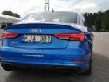 Vadītāja reakcijas tests ar ekstrēmo bremzēšanu un šķēršļa apbraukšanu pie Audi RS 3 stūres