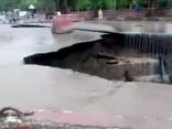 Pēc spēcīgām lietusgāzēm Pakistānas pilsētā izveidojas divas milzu bedres