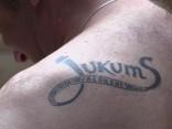 Dziesmu un deju svētku dalībnieks izveido tetovējumu par godu savam kolektīvam