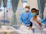Pirmie video kadri no slimnīcas, kur ārstējas Taizemē izglābtie zēni