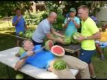 Savāds rekords: arbūzu pārciršana uz vēdera