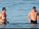 Aktieris Hjū Džekmens bauda atpūtu Austrālijas slavenajā Bondi pludmalē