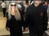 Patisa Hiltone ar līgavaini Krisu Zilki ierodas Losandželosas lidostā
