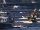 Krievijā parādes laikā kuģis saskrienas ar tiltu