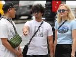 Dziedātājs Džo Džonass un aktrise Sofija Tērnere pastaigājas Ņujorkā, sadevušies rociņās