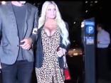 Džesika Simpsone iespīlējusi savas apjomīgās krūtis ciešā kleitiņā