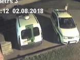Video: Naktī puspliks vīrietis ar cirvi izsit divām policijas automašīnām logus