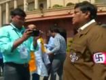 Indijā politiķis pārģērbjas par Hitleru