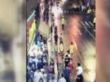 Krītoša reklāmas izkārtne Šanhajā nogalina trīs gājējus