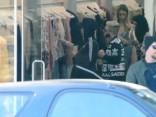 Keitija Perija iepērkas parasto mirstīgo ļaužu apģērbu veikalā