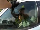 Dzērājšoferis neklausa policistus un sēž mašīnā ar gurķu burku rokās